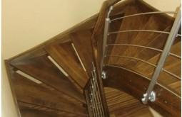 Vzdušné dřevěné schodiště