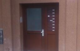 Vstupní dveře do bytového domu