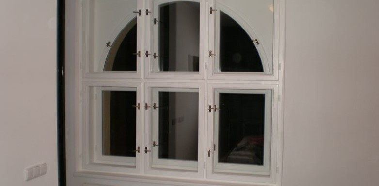 Špaletové obloukové okno
